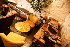 http://www.romeing.it/barnum-cafe-rome/ - laid back atmosphere
