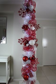 Warm & Festive Red and White Christmas Decor Ideas - Hike n Dip Give your Christmas decoration a festive touch. Try the classic Red and white Christmas decor. Here are Red and White Christmas decor ideas for you. Noel Christmas, Winter Christmas, All Things Christmas, Christmas Wreaths, Outdoor Christmas, Christmas Sleighs, Christmas Stairs, Candy Cane Christmas Tree, Purple Christmas