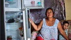 Las dificultades para conseguir alimentos es una de las quejas más comunes entre los venezolanos. </p> <p>La inflación es una de las más altas del mundo, hay que hacer largas filas para conseguir los productos más básicos, la tensión en las calles no hace sino aumentar y una solución política parece una posibilidad lejana.</p> <p>Y aunque durante años, la advertencia de que Venezuel...