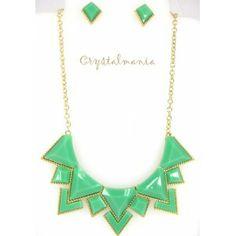 Set de collar y aretes en base dorada con detalles en forma de triangulo en tono verde menta estilo C3052