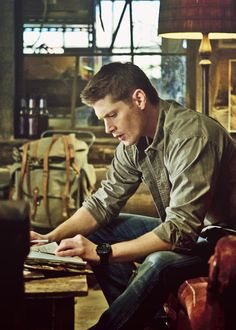 This is one of my favorite episode promo pictures... Ever. He just looks so good in it and everything about it is all musky and masculine and ldkfjldkfjdlkfjd. #Supernatural #DeanWinchester