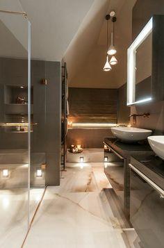 salle de bains grise, lampes pendantes élégantes, deux vasques ovales et sol en marbre
