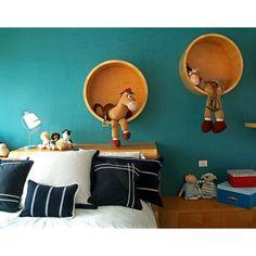 Round wooden shelves makes this kids bedroom cuter! #rumahkubedroom