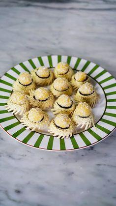 O clássico beijinho de coco combinado com milho fica muito mais gostoso e com cara de Festa Junina!