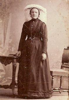 Bidprentjes met pofferafbeeldingen    WILHELMINA VAN DE BESSELAAR (*Sint Michielsgestel, 08-04-1885 - + Gemonde, 05-02-1953)