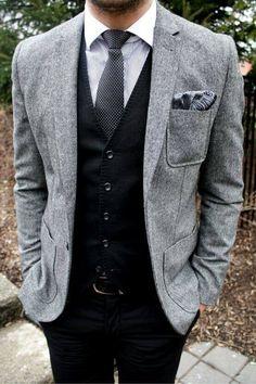 グレーのジャケットに黒ベストと黒パンツを合わせたジャケパンスタイル