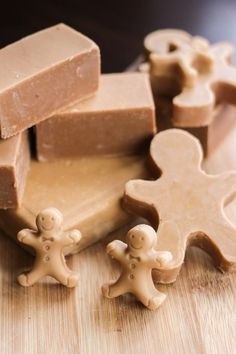 to make an easy gingerbread soap, a perfect DIY holiday gift!How to make an easy gingerbread soap, a perfect DIY holiday gift! Christmas Soap, Cheap Christmas Gifts, Diy Holiday Gifts, Handmade Christmas, Diy Gifts, Homemade Soap Recipes, Goat Milk Soap, Homemade Beauty Products, Cold Process Soap
