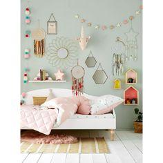 Kulile aime cette chambre rose. La combinaison idéale: une commode en chêne naturel avec des tiroirs blanc et rose ou vert. A personnaliser sur le site kulile.fr
