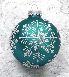 Painted Christmas Ornaments - Christmas Celebration - All about Christmas - Diy Christmas Ornaments - Painted Christmas Ornaments, Hand Painted Ornaments, Noel Christmas, Diy Christmas Ornaments, Xmas Crafts, Christmas Tree Decorations, Handmade Christmas, Ornaments Ideas, Snowflake Ornaments