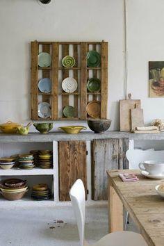 Wooden pallet plate storage