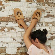 Suaves y estilosas zapatillas de estar por casa con un diseño que te encantará. Son las zapatillas de los Jedis. Como buen friki de Star Wars, estas zapatillas no pueden faltar en tu colección, no hay manera de demostrar a todos desde casa tus aficiones.  Las zapatillas son de color marrón claro y llevan bordado el símbolo de la Orden Jedi.