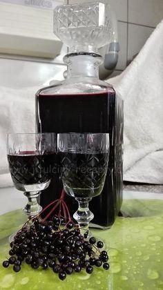 SUROVINY 2,5l kuliček černého bezu (na váhu 2kg) 1l vody 1kg cukr krystal 1 balíček vanilkového cukru 100ml silné instantní kávy (2 vrchovaté polévkové lžíce zalít 100ml vody) šťáva z půlky citrónu ½ čajové lžičky mleté skořice 3 hřebíčky (nemusí být) 500ml rumu POSTUP PŘÍPRAVY Tak tenhle likér musíte vyzkoušet! Je lahodný a v zimě je dobré mít tuhle dobrotu plnou vitamínu C po ruce. :D Nachystáme si velký hrnec. Větvičky s černým bezem na chvíli namočíme do studené vody, aby se vyplavili… Home Canning, Monkey Business, Irish Cream, Natural Medicine, Cocktail Drinks, Healthy Dinner Recipes, Sweet Recipes, Crockpot Recipes, Smoothies