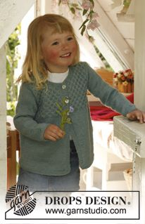 """Knitted DROPS jacket with honeycomb pattern in """"Alpaca"""". Size 3 to 12 years. ~ DROPS Design"""