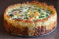 Spinach and Gruyere Cheese Quiche with a Hash Brown Crust - Brunch Recipes Breakfast Quiche, Breakfast Dishes, Breakfast Time, Breakfast Recipes, Vegan Breakfast, Breakfast Casserole, Quiche With Hashbrown Crust, Cheese Quiche, Gruyere Cheese