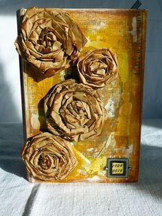couverture livre objet, fleur en papier kraft.