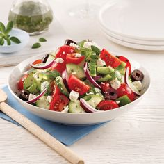 Salade grecque - 5 ingredients 15 minutes Healthy Eating Tips, Healthy Nutrition, Tomate Cocktail, Caponata, Vegetable Drinks, Salad Bar, Fruits And Vegetables, Caprese Salad, Beef Recipes