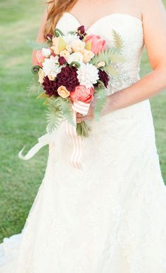 In this detailed tutorial we show you how to make the most beautiful felt wedding bouquet and boutonnieres, plus 10 different felt flower patterns! Felt Flowers Patterns, Crochet Flowers, Fabric Flowers, Paper Flowers, Wedding Flower Alternatives, Wedding Ideas, Crochet Wedding, Flower Bouquet Wedding, Bridal Bouquets