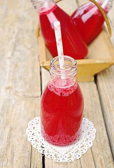 Homemade raspberry lemonade - Confessions of a gourmet- Juice Smoothie, Smoothie Drinks, Fruit Smoothies, Summer Cocktails, Cocktail Drinks, Alcoholic Drinks, Cold Drinks, Raspberry Lemonade, Lemonade Drink