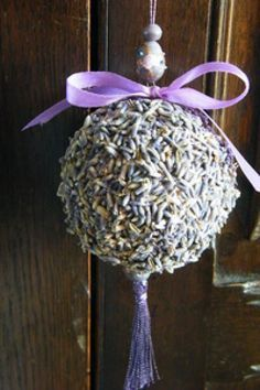 How to make a lavender ball ornament sachet Lavender Wands, Lavender Uses, Lavender Crafts, Lavender Recipes, Growing Lavender, Lavender Cottage, Lavender Wreath, Lavender Garden, Lavender Blue