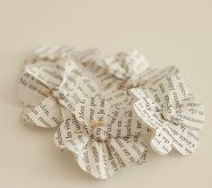 faire des petites fleurs en papier de récup et les fermer avec les attaches parisiennes