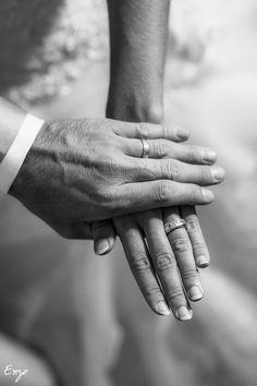 Photo noir et blanc des Alliances Photo Main, Photos, Dream Life, Wedding, Board, Inspiration, Wedding Ideas, Photo Black White, Promise Rings
