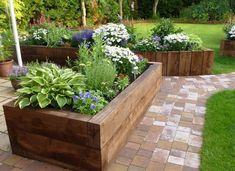 24+ překrásných venkovských nápadů na dřevěné záhony a květináče, které vylepší Vaší zahradu! - Prima inspirace Raised Bed Garden Layout, Raised Garden Planters, Raised Garden Beds, Raised Flower Beds, Stone Raised Beds, Flower Bed Borders, Raised Patio, Patio Planters, Sloped Garden