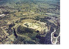 Xochitécatl-Cacaxtla. Una ciudad prehispánica En la región del valle de Puebla- Tlaxcala, desde el periodo Preclásico Temprano (1500-900 a.C.) hubo presencia de asentamientos, que de forma progresiva se fueron incrementando. Varios de estos sitios, concebidos primeramente como aldeas, tuvieron ámbitos de control y supremacía regional que durante el Preclásico Medio y Tardío (900 a.C- 200 d.C.) se consolidaron y que en el Epiclásico (650-950 d.C.) tuvieron su mayor apogeo.