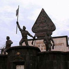 Kalau kemarin bicara Benteng Vredeburg, Gak jauh dari Benteng Vredeburg, terdapat sebuah Monumen Serangan Umum 1 Maret. Posisi monumen ini tepat berada di seberang Kantor Pos Besar Yogyakarta guys. FYI, monumen ini dibangun untuk memperingati serangan umum yang dilakukan oleh Tentara Nasional Indonesia yang dikomandoi oleh Letnan Kolonel Soeharto, saat itu Indonesia sudah dianggap lumpuh oleh Belanda, dan untuk menunjukkan taring nya, TNI melakukan serangan tepat pada tanggal 1 Maret 1949.