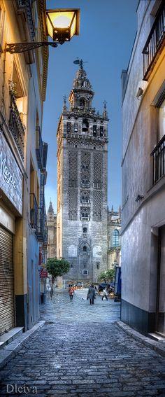 Sevilla, La Giralda desde un callejon | Flickr: by domingo leiva