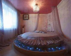 Удлиненные шторы в спальне