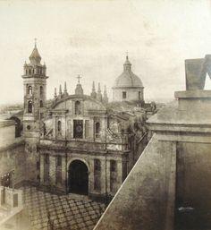 Fachada original de la Iglesia de Nuestra Señora de la Merced en Buenos Aires, diseñada por los arquitectos jesuitas Bianchi y Primoli en 1721. Fue totalmente modificada por el arquitecto Buschiazzo entre 1894 y 1900. La foto es circa 1877, Casa Witcomb - Archivo General de la Nación Argentina
