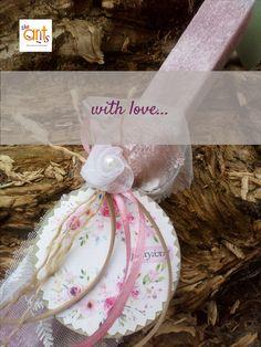 με ξύλινο διακοσμητικό και εκτύπωση Girls Dresses, Flower Girl Dresses, Ants, Wedding Dresses, Flowers, Dresses Of Girls, Bride Dresses, Bridal Gowns, Ant