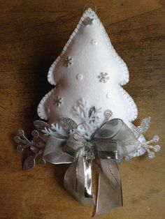 Felt Christmas Ornaments, Handmade Ornaments, Christmas Makes, Christmas Holidays, Christmas Projects, Holiday Crafts, Natal Diy, Deco Table, Homemade Christmas