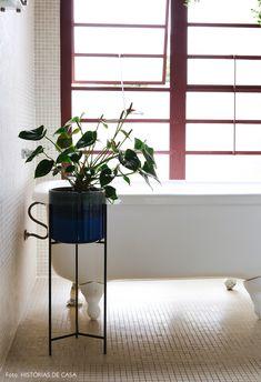 Garimpos bem-vindos | Capítulo 2 | Histórias de Casa Viria, Bathroom Plants, Old Houses, New Houses, Plants In Bathroom, Home Made Simple, Home Decor, Draping, Interiors