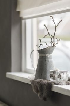 Vensterbank decoratie: rust Bay Window Decor, Modern Industrial Decor, Hygge Home, Vintage Interiors, Inspired Homes, Beautiful Interiors, Home Living Room, Home Accessories, Interior Decorating