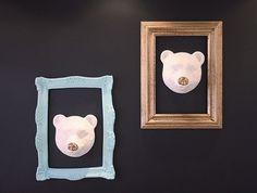 Azul ou dourado, eis a questão! Além do nosso desejado urso com nariz cromado, você encontra aqui na #Poire espelhos e molduras com pegada retrô. O problema é escolher a favorita… #temnapoire #decor #walldecor #decoracao #instacool #cute