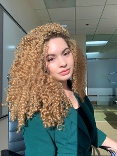 Blonde Afro, Golden Blonde Hair, Blonde Curly Hair, Black Curly Hair, Long Wigs, Curly Hairstyles, School Ideas, Black Women, Porn
