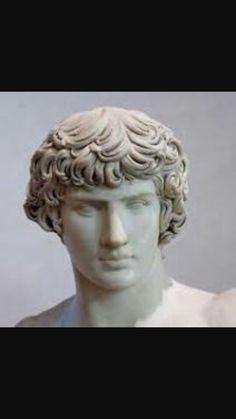 Antinoo, II secolo d.C.Marmo a tutto tondo.Da Tivoli,villa Adriana.Oggi conservato presso Museo del Louvre,Parigi.