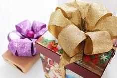 Un tutorial per realizzare il fiocco perfetto per i vostri pacchi regalo da mettere sotto l'albero questo Natale. Una decorazione fai da te per stupire.