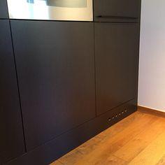STUDIO10 VALCHROMAT GREY #valchromat #kitchen #ikeafronter #studio10 Smart løsning for utlufting på kjøleskap!