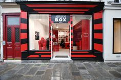 The Armani Box popup store opened up in Paris and is full of clever retail innovation to leverage customer loyalty and satisfaction. Shop Window Displays, Store Displays, Shop Facade, Shop Interior Design, Retail Design, Coffee Store, Shop Organization, Market Research, Display Boxes