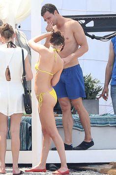 Après 6 mois de tournage à Vancouver au Canada, l'équipe du film «Fifty Shades Darker» est en France pour tourner plusieurs scènes sexy. Dakota Johnson bronze en bikini et Jamie Dornan, en short de bain, expose ses abdos.