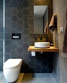 Mais um banheiro para este sábado! Neste, o destaque fica por conta do ladrilho, hexagonal, e da porcelana, super clean! ⭐  #casademenino #tips #dicas  #instadesign #decor #diy #design #style #details #interior #ideas #instadecor #decoracao #decortips #decor #arquitetura #architecture #furniture #home #homedecor #homestyle #homedesign #homeideas #lovedecor