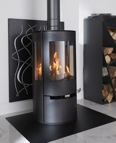 We love this wood stove offering a panoramic view of the flames. This wood stove is ideal for occasional uses. / Castorama Source by castorama Home Fireplace, Fireplace Remodel, Modern Fireplace, Fireplace Design, Fireplace Ideas, Stove Accessories, Freestanding Fireplace, Pellet Stove, Fireplace Inserts