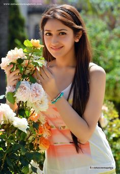 Sayesha-Saigal-in-akhil-movie-(10)