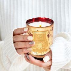 Exklusive Weihnachtsedtion der Manufaktur-Duftkerze im edlem rot-goldenem Glas. Von Hand wird jedes Glas innen lackiert, bevor es mit Blatt Gold verziert wird.Feine gewürzige-Duftkerze im Glas erinnet an die Souks in Marrakesch mit holzigen Noten gefolgt von Kardamom und Orange. Es erinnert an den Geist marokkanischer Laternen und vibriert mit seinem rubinrotem Licht für Gloria. €85 Candle Jars, Candles, Orange, Mugs, Tableware, Noel, Ruby Red, Marrakech, Lanterns