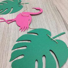 Bandeirolas em papel scrap 180 gr. Fazemos no tema da sua festa, personalizada. Medidas: 18cm altura. 14cm largura. * 7 itens, sendo duas flores, dois flamingos e três folhas. - A2F006 Flamingo Party, Flamingo Birthday, Luau Party Decorations, Aloha Party, Leaf Template, Diy Arts And Crafts, Paper Flowers, Party Time, Ideas