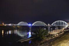 L'emblemàtic pont d'Arcades de Móra d'Ebre, un dels principals símbols arquitectònics de la població, amb la nova il·luminació ornamental de nit, que va estrenar el dilluns. Bona nit!  #MoradEbre #GaudeixMoradEbre #pontdarcades   Foto: Ajuntament de Móra d'Ebre