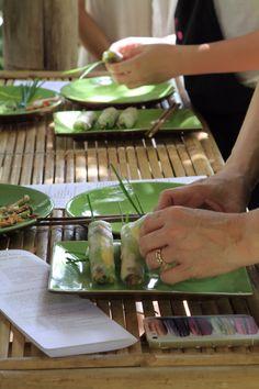 I dag var det tid til selv at lave vietnamesisk mad under kyndig vejledning af en lokal kok. Vi har prøvet det før og det er, ligesom en street food Tour, en god måde at få tips og tricks samt lære de lokale råvarer at kende.  Først var vi igennem den lokale køkkenhave, hvor ting som purløg, løg og lime er velkendte fra Danmark. Det samme gælder mango, chili og thai basilikum.   #kok #undervisning #Vietnam