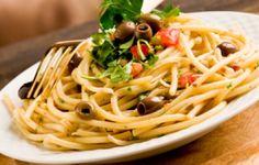 La ricetta che vi propongo oggi sono gli spaghetti in salsa eoliana. E' una pasta moto condita, che prende il nome dall'isola siciliana da cui provengono i capperi utilizzati. E' una ricetta prettamente estiva e molto gustosa. Un primo veloce da far gustare ai propri ospiti, ideale per le cene improvvisate.